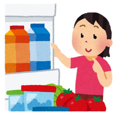 冷蔵庫をみる女性